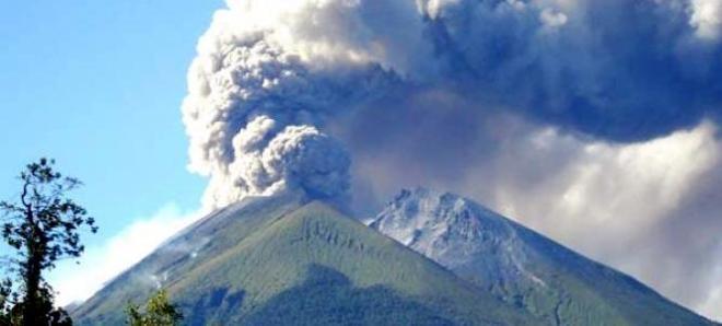 Een foto van een lichte uitbarsting van de Marapi in 2010.