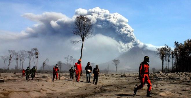Reddingswerkers zoeken naar overlevenden na de uitbarsting van de Merapi in 2010. Ondertussen spuwt de vulkaan nog grote aswolken uit.