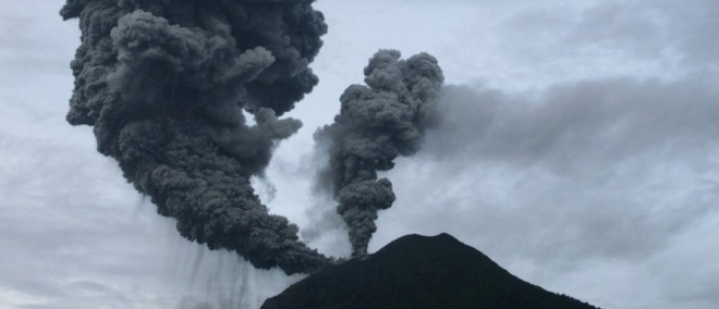 Een dubbele rookwolk komt uit de Sinabung tijdens de onverwachte uitbarsting in 2010.