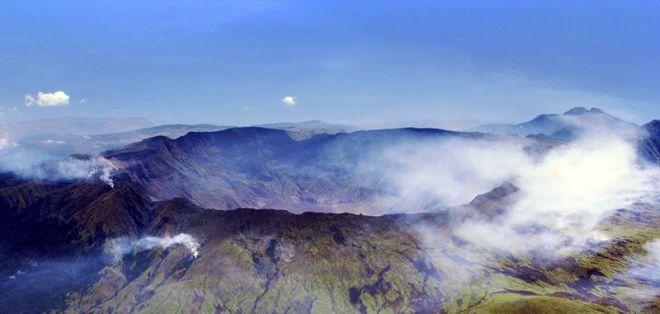 De grote krater van de Tambora, ontstaan door de uitbarsting van 1815, ligt er nu rustig bij.
