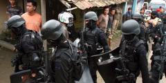 Zwaarbewapende agenten van antiterrorisme-eenheid Densus 88 in Bandung.