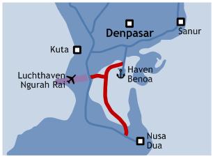 De rode lijn geeft het tracé van de nieuwe tolweg weer. De blauwe lijnen zijn bestaande doorgaande wegen.