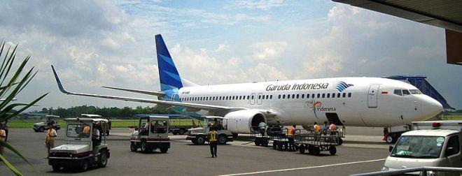 Een vliegtuig van Garuda Indonesia op het vliegveld van Jogjakarta, dat eigenlijk veel te klein is voor het grote aantal passagiers dat er reist.