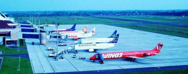 Drukte bij het vliegveld van Palembang, met op de voorgrond een vliegtuig van Wings Air (onderdeel van de Lion Air Group)