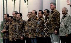 De familiefoto van de APEC-top in 1994 in Bogor. Geheel rechts de toenmalige Indonesische president Soeharto, met naast hem Bill Clinton.