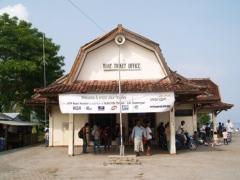 Het ticketkantoor van de Koperasi Angkutan Laut in Bangsal.