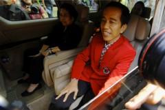 Jokowi in de auto samen met Megawati, voormalig president en leider van Jokowi's partij, de PDI-P. Megawati zou ook zelf nog weer voor het presidentschap kunnen gaan.