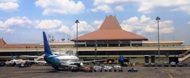 Een vliegtuig van Garuda Indonesia op het vliegveld Juanda. Garuda vliegt naar tien binnenlandse en twee internationale bestemmingen vanaf Surabaya.