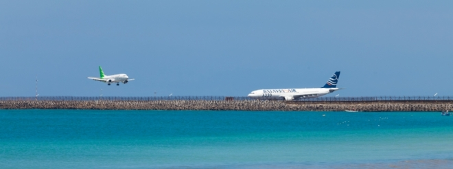 De landingsbaan van vliegveld Ngurah Rai is gedeeltelijk in zee gebouwd. In april 2013 vond er een ongeluk plaats, waarbij een vliegtuig van Lion Air in het water landde.