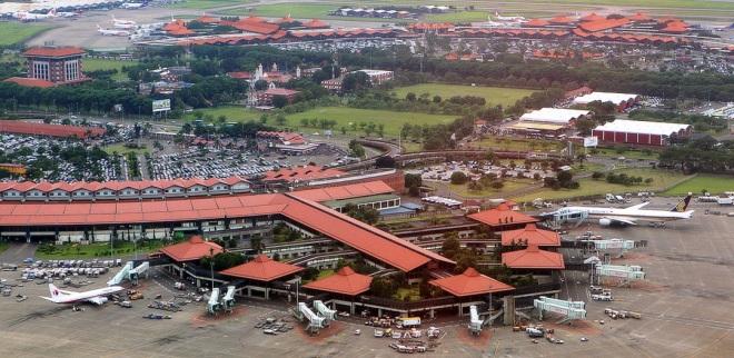 De typische rode daken van de twee oudste terminals van Soekarno-Hatta International Airport. Op de voorgrond terminal 2, voor internationale vluchten, en alle vluchten van Garuda Indonesia.