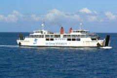 Een grote, langzame veerboot tussen Bali (Padang Bai) en Lombok (Lembar).